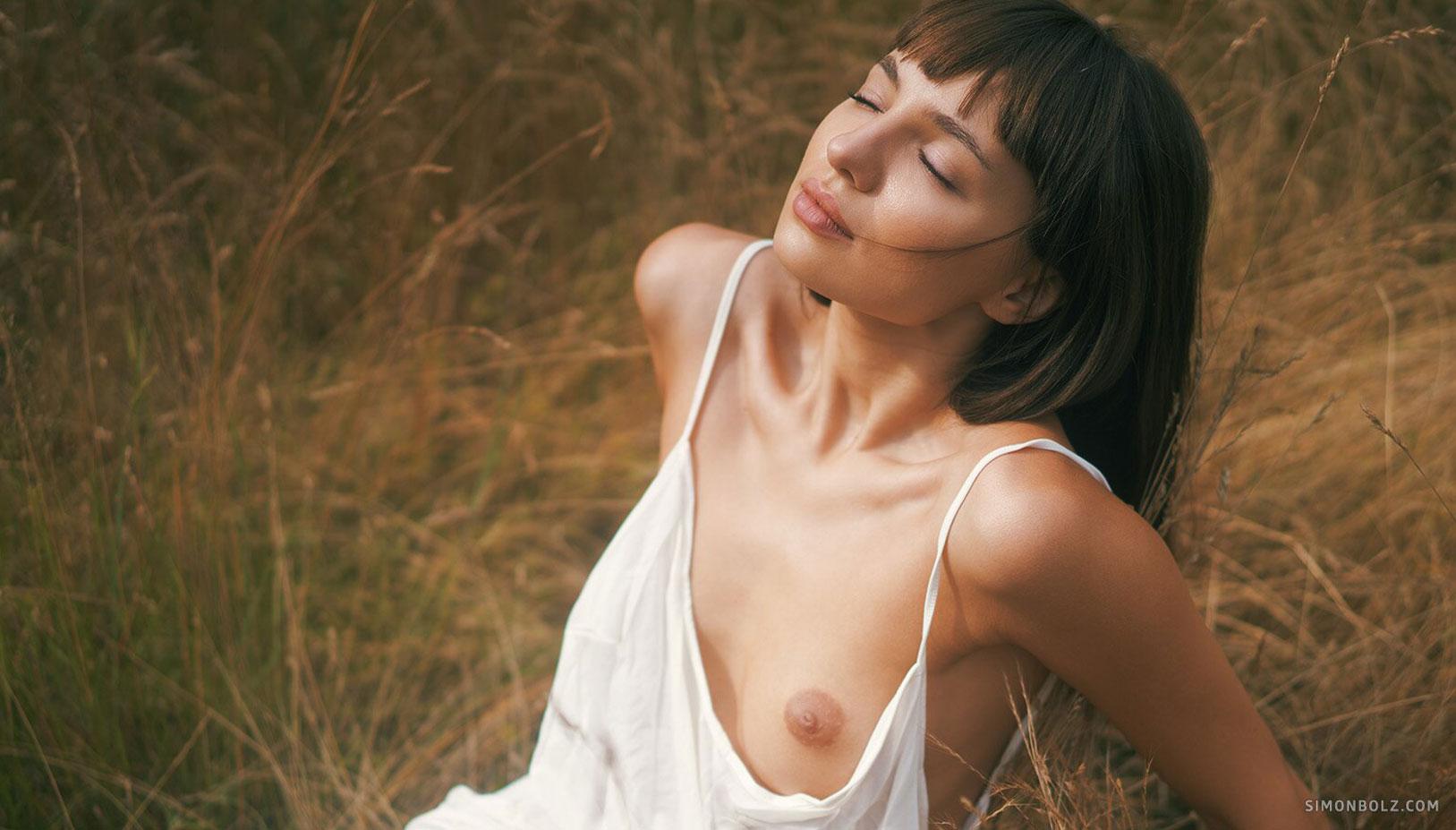 голая Ана Томоану в лесу / фото 01