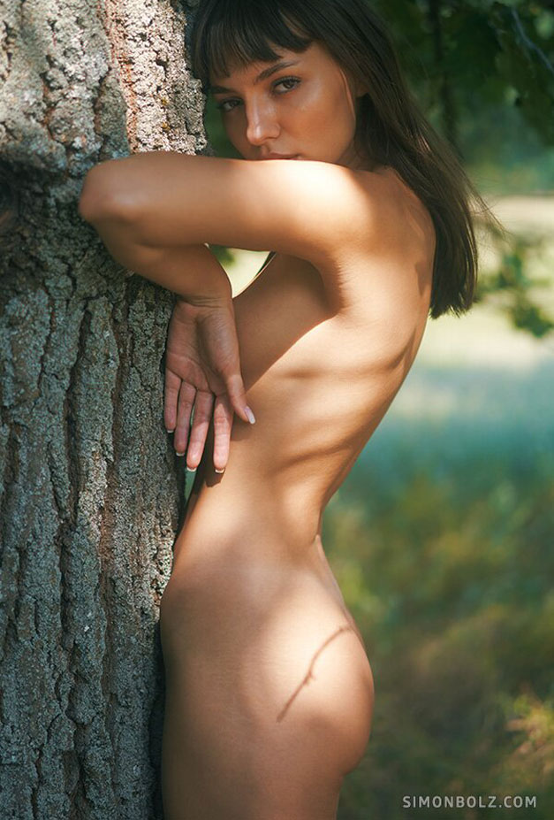 голая Ана Томоану в лесу / фото 04
