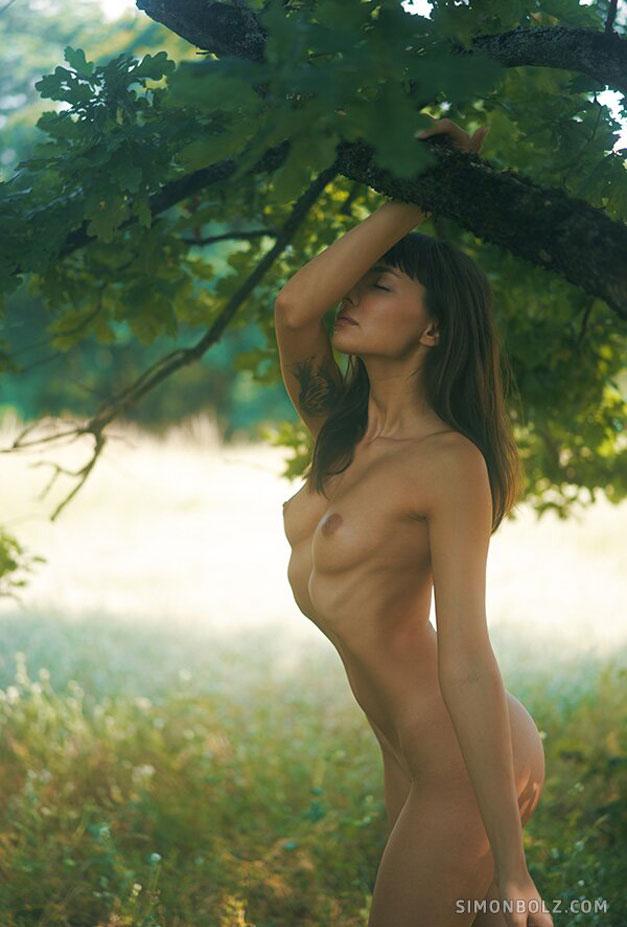 голая Ана Томоану в лесу / фото 05