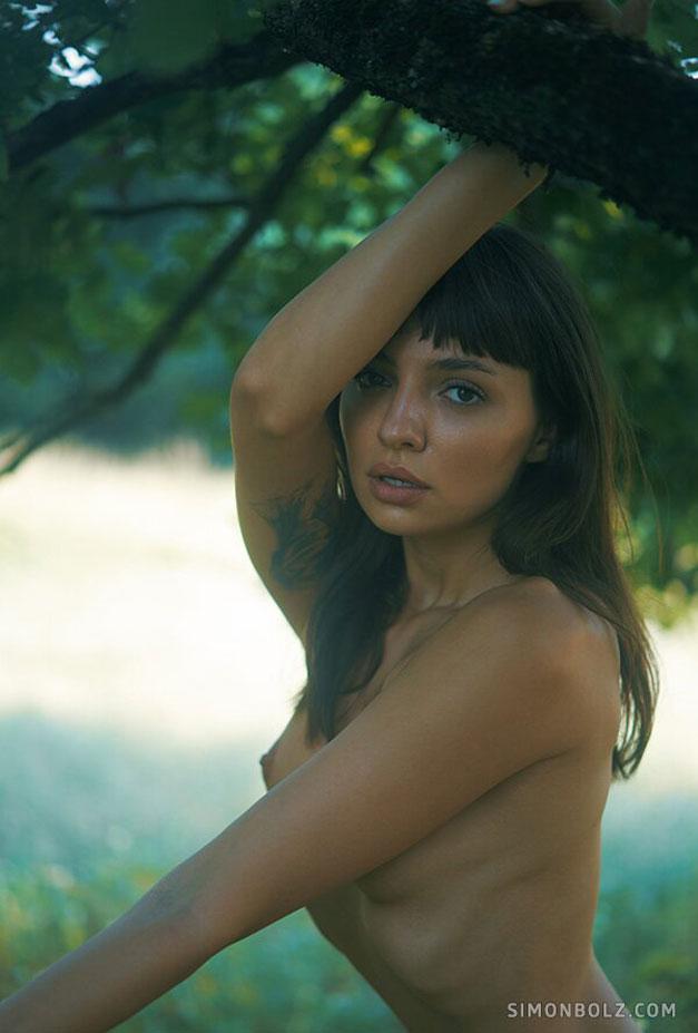 голая Ана Томоану в лесу / фото 06