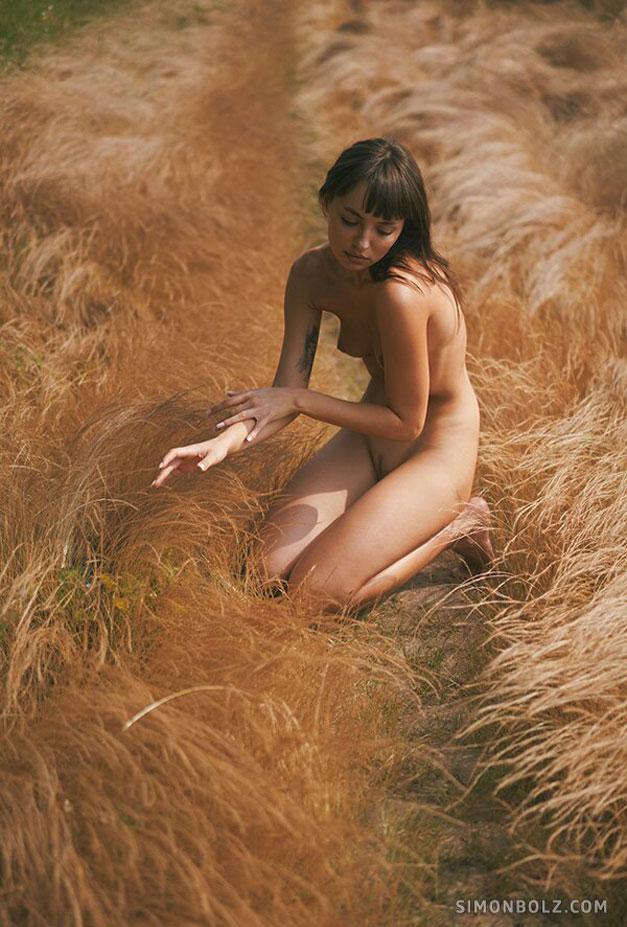 голая Ана Томоану в лесу / фото 08