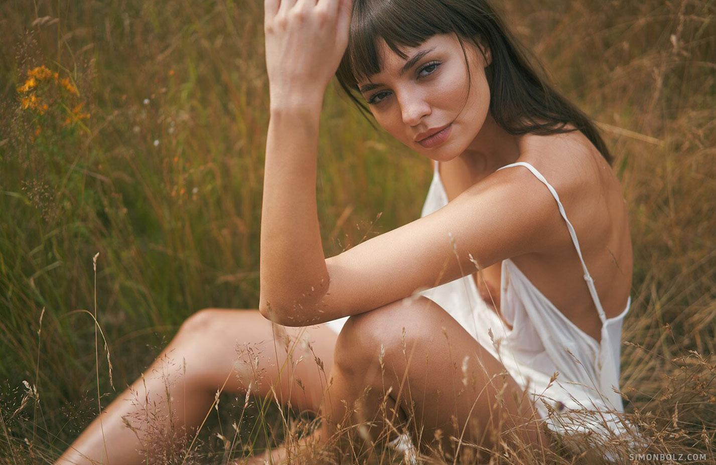 голая Ана Томоану в лесу / фото 10