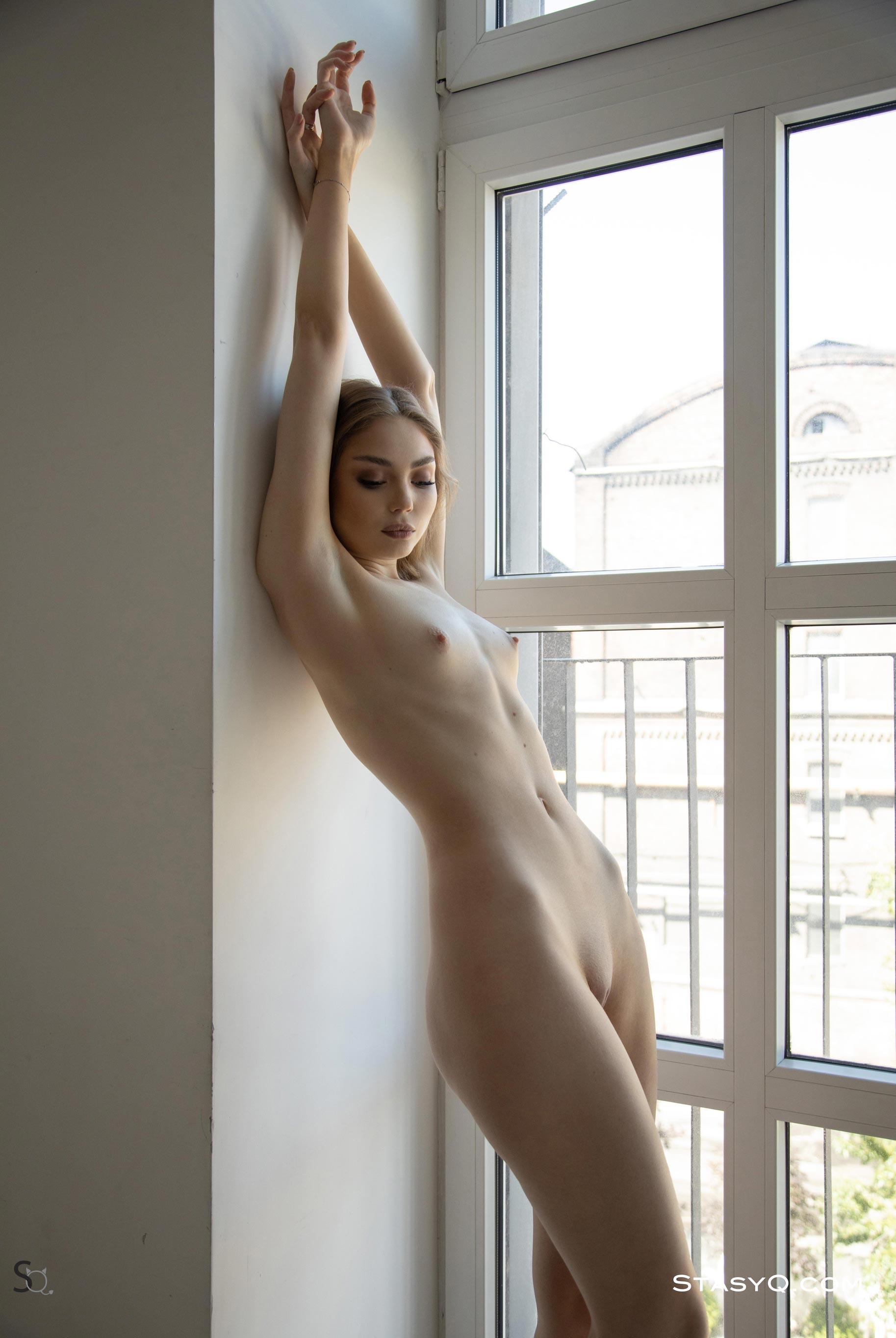 голая Екатерина Клигер занимается домашними делами / фото 16