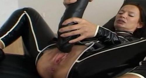 LatexAngel AKA Angelina - GF Latex noir et blanc La chatte dilatee par un enorme gode noir (HD)