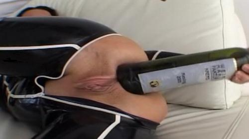 LatexAngel AKA Angelina - Latex noir et blanc Bouteille de vin dans le cul (HD)