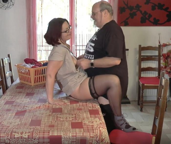 Corinne - Corinne, aide-menagere sympa! (2021 JacquieEtMichelTV.net Indecentes-Voisines.com) [FullHD   1080p  1.59 Gb]