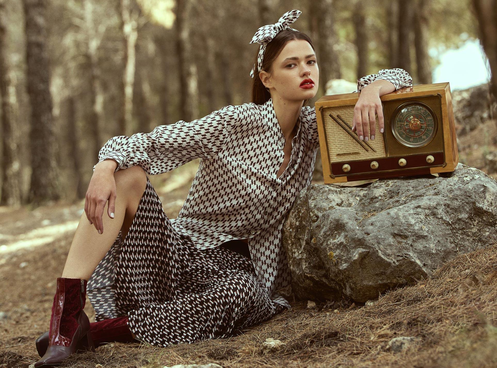 Диана Свиридова в лесу демонстрирует винтажную технику и новинки моды / фото 01