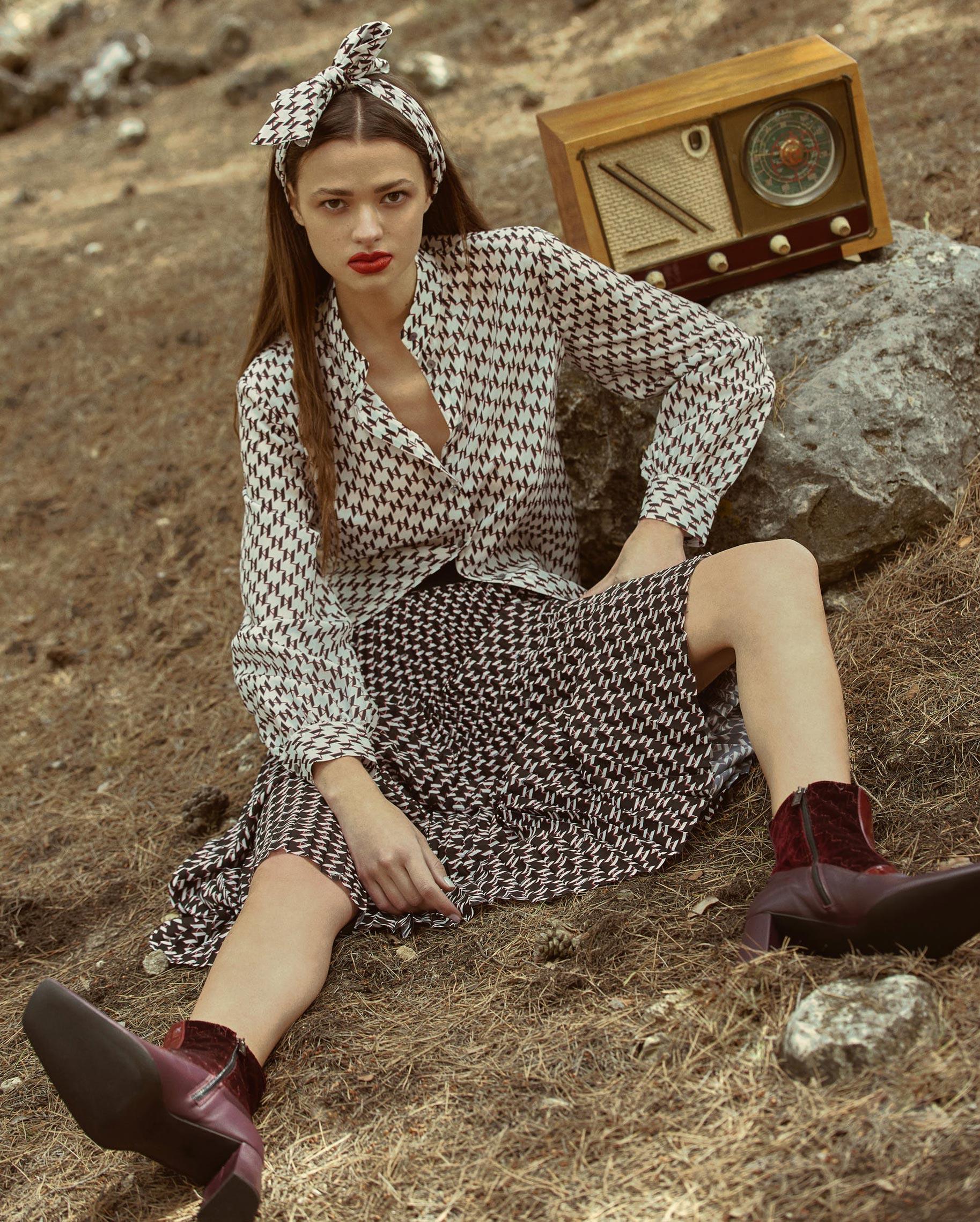 Диана Свиридова в лесу демонстрирует винтажную технику и новинки моды / фото 02