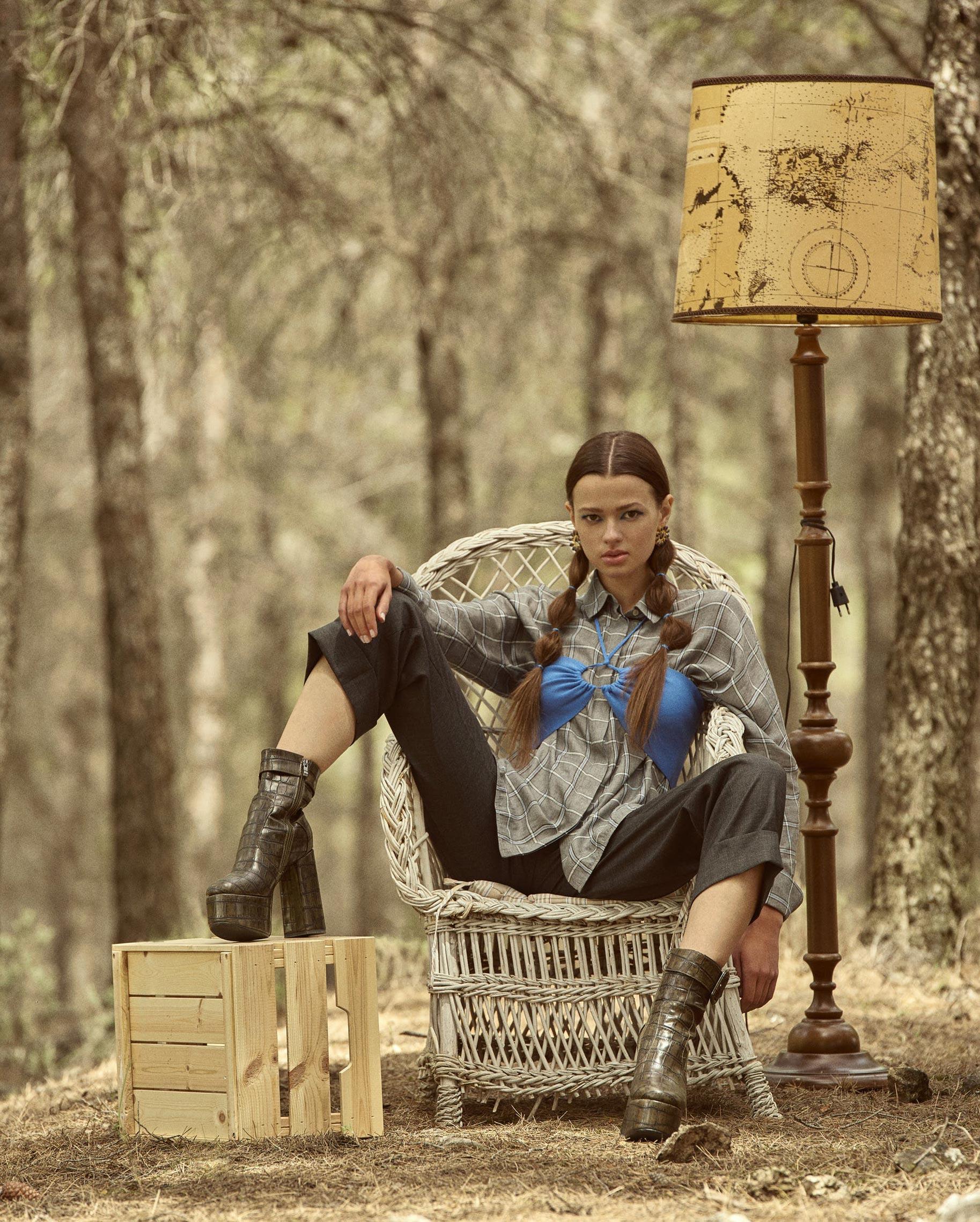 Диана Свиридова в лесу демонстрирует винтажную технику и новинки моды / фото 04