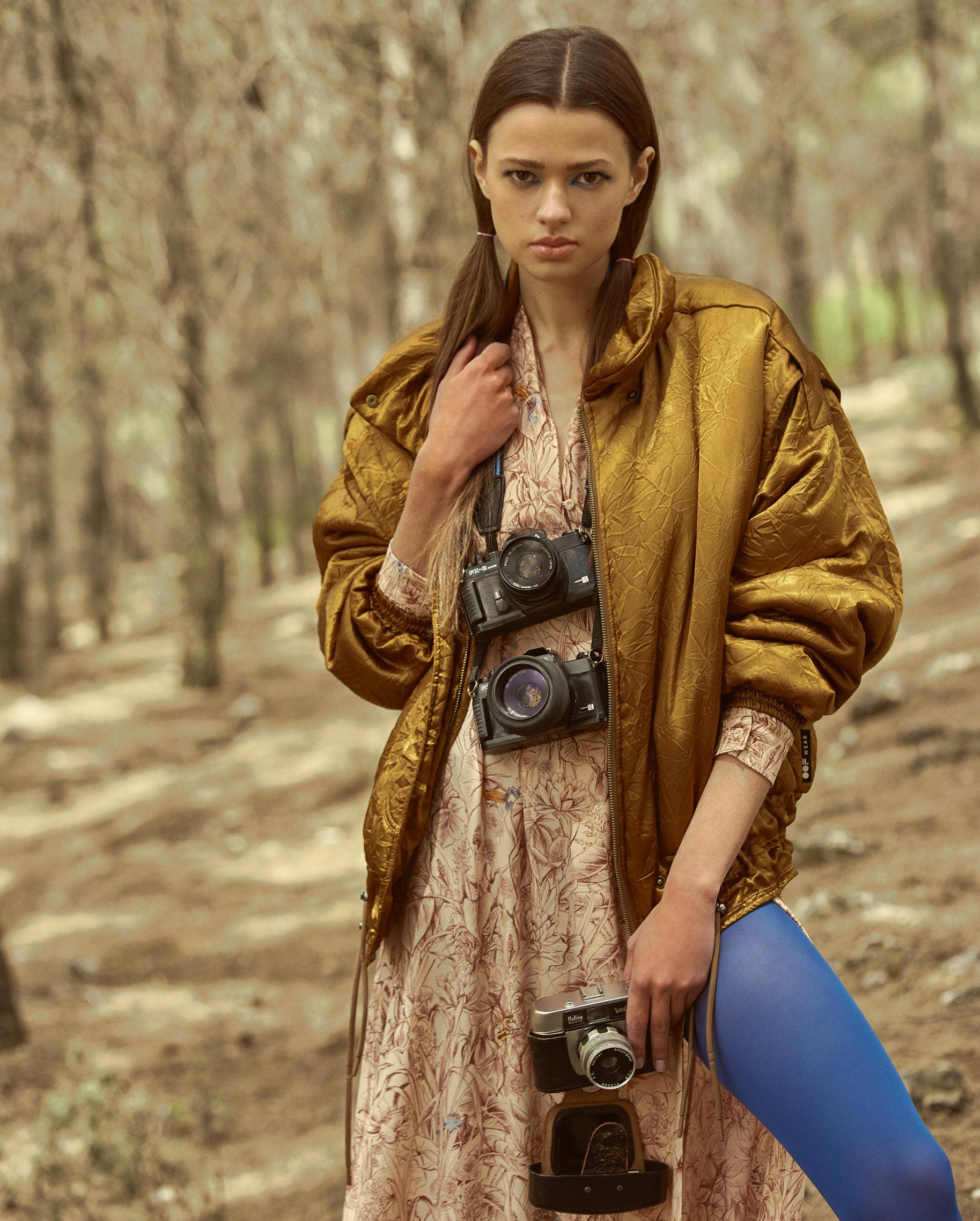 Диана Свиридова в лесу демонстрирует винтажную технику и новинки моды / фото 05