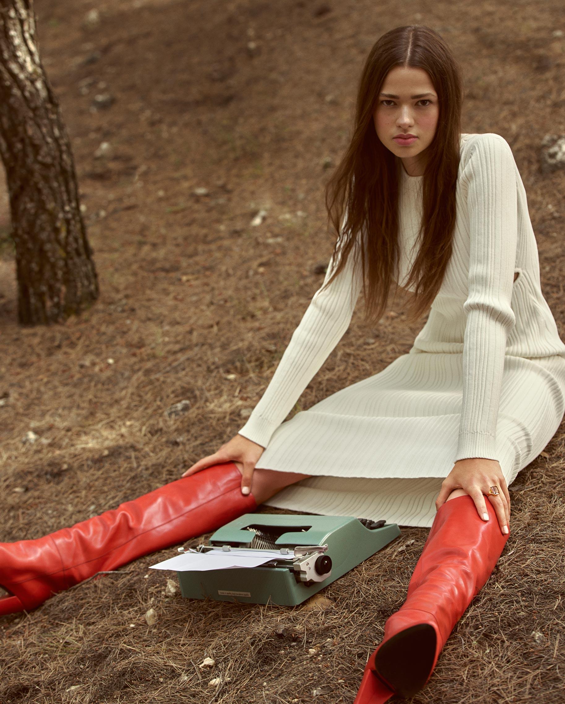 Диана Свиридова в лесу демонстрирует винтажную технику и новинки моды / фото 06