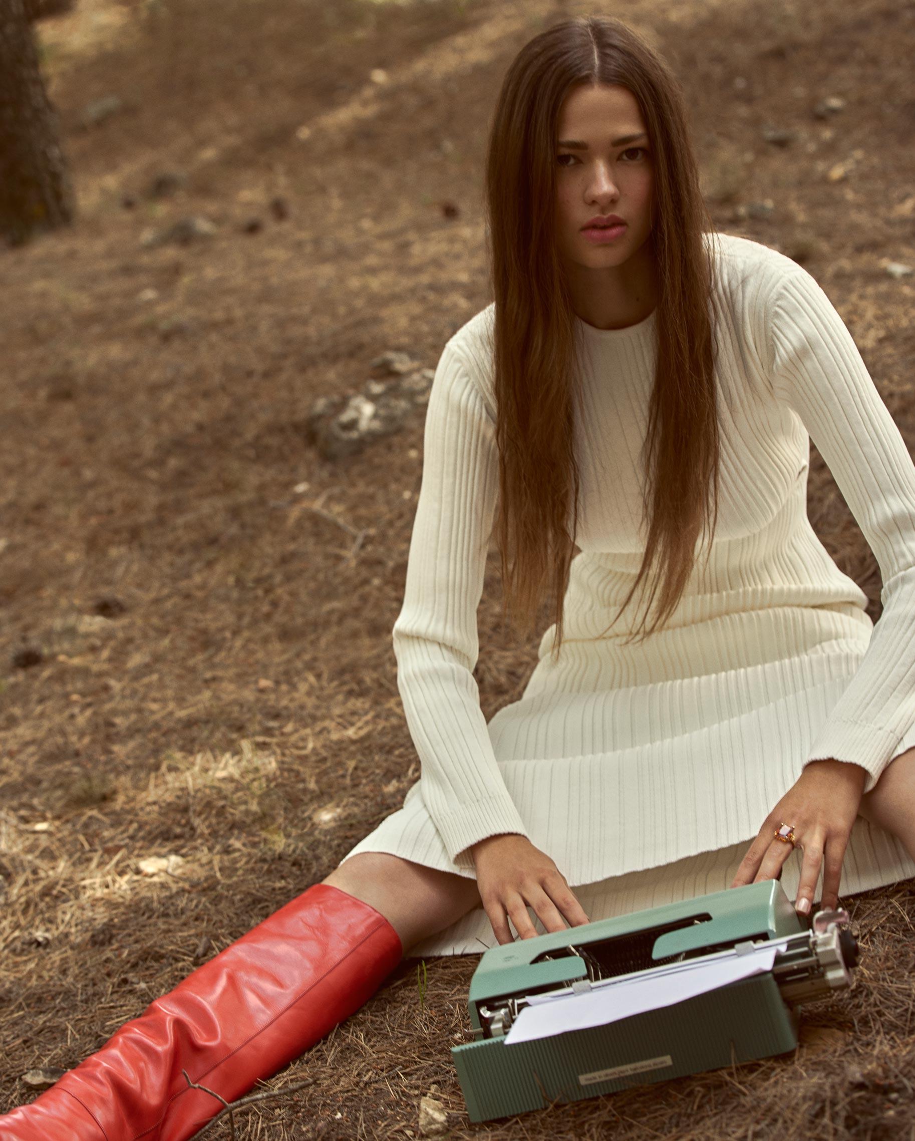 Диана Свиридова в лесу демонстрирует винтажную технику и новинки моды / фото 07