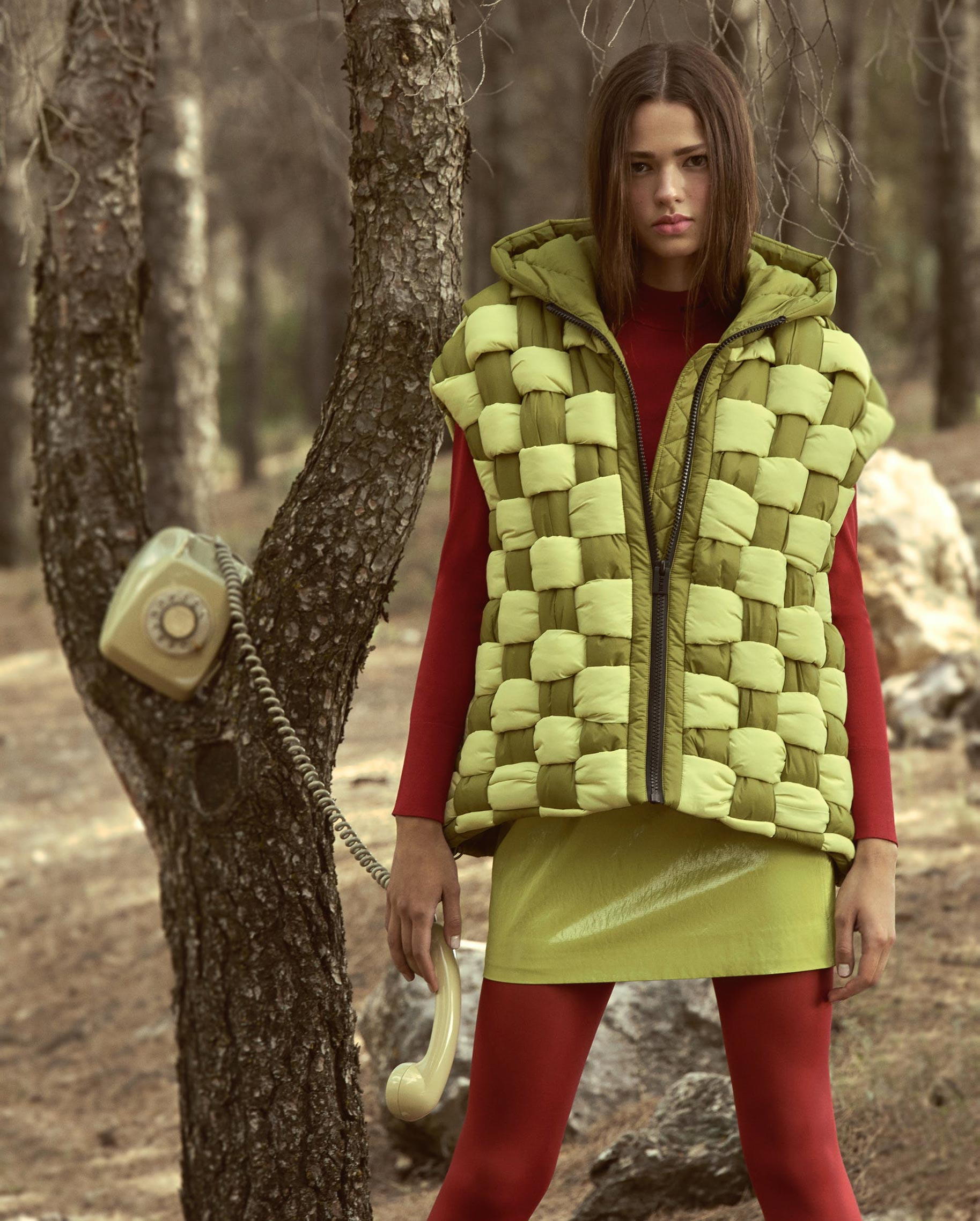 Диана Свиридова в лесу демонстрирует винтажную технику и новинки моды / фото 08
