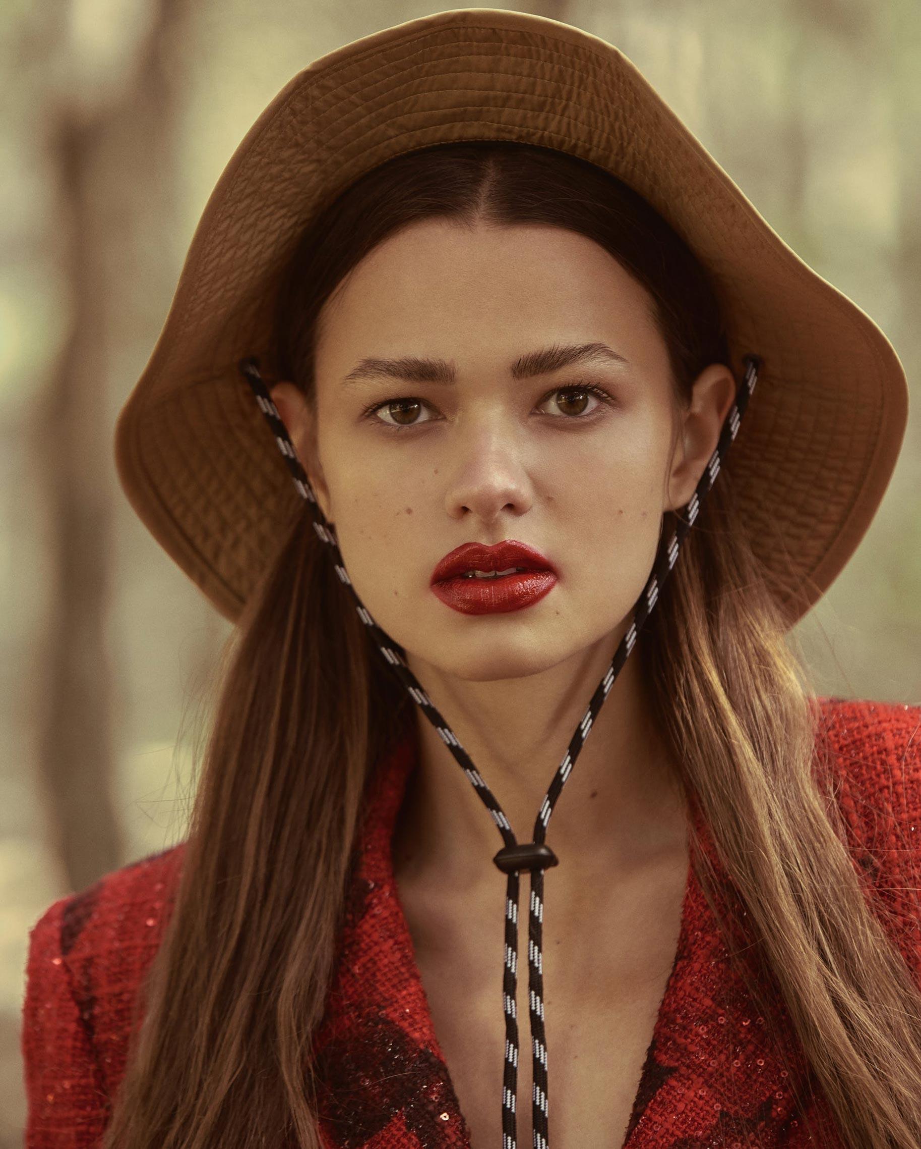 Диана Свиридова в лесу демонстрирует винтажную технику и новинки моды / фото 10