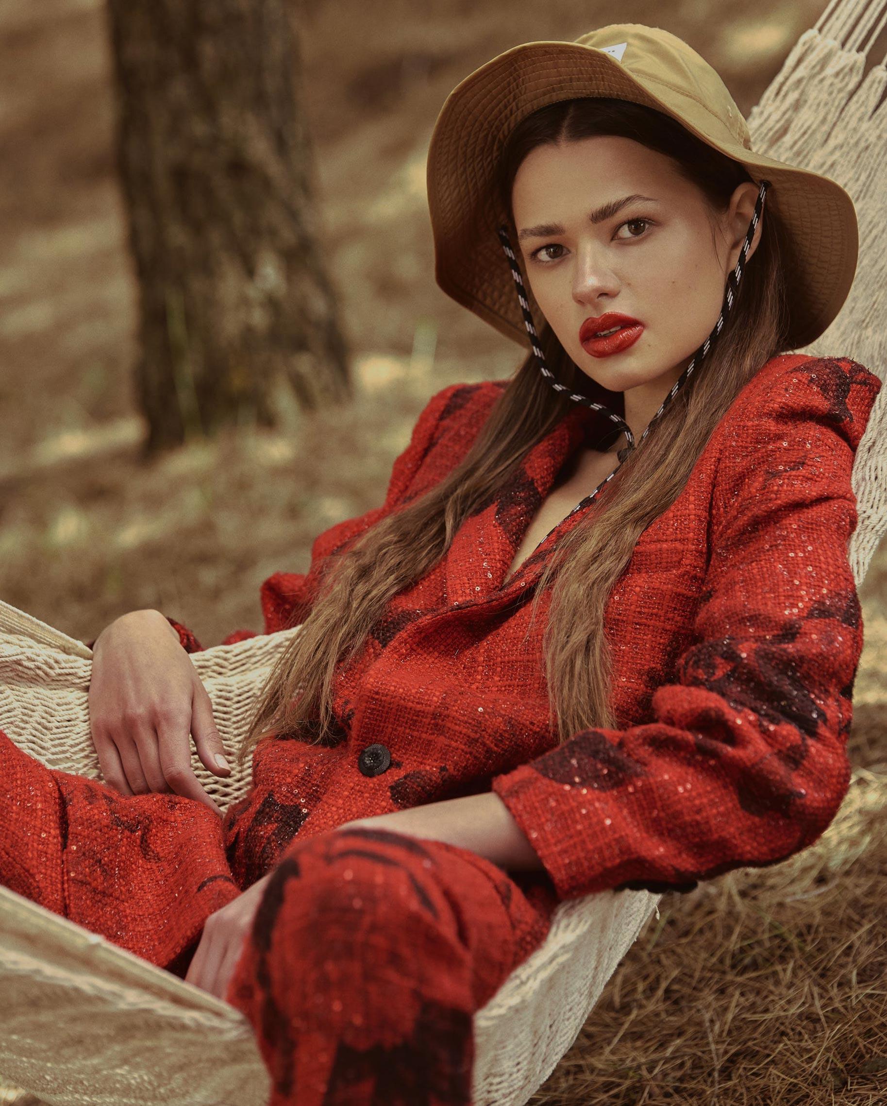 Диана Свиридова в лесу демонстрирует винтажную технику и новинки моды / фото 12