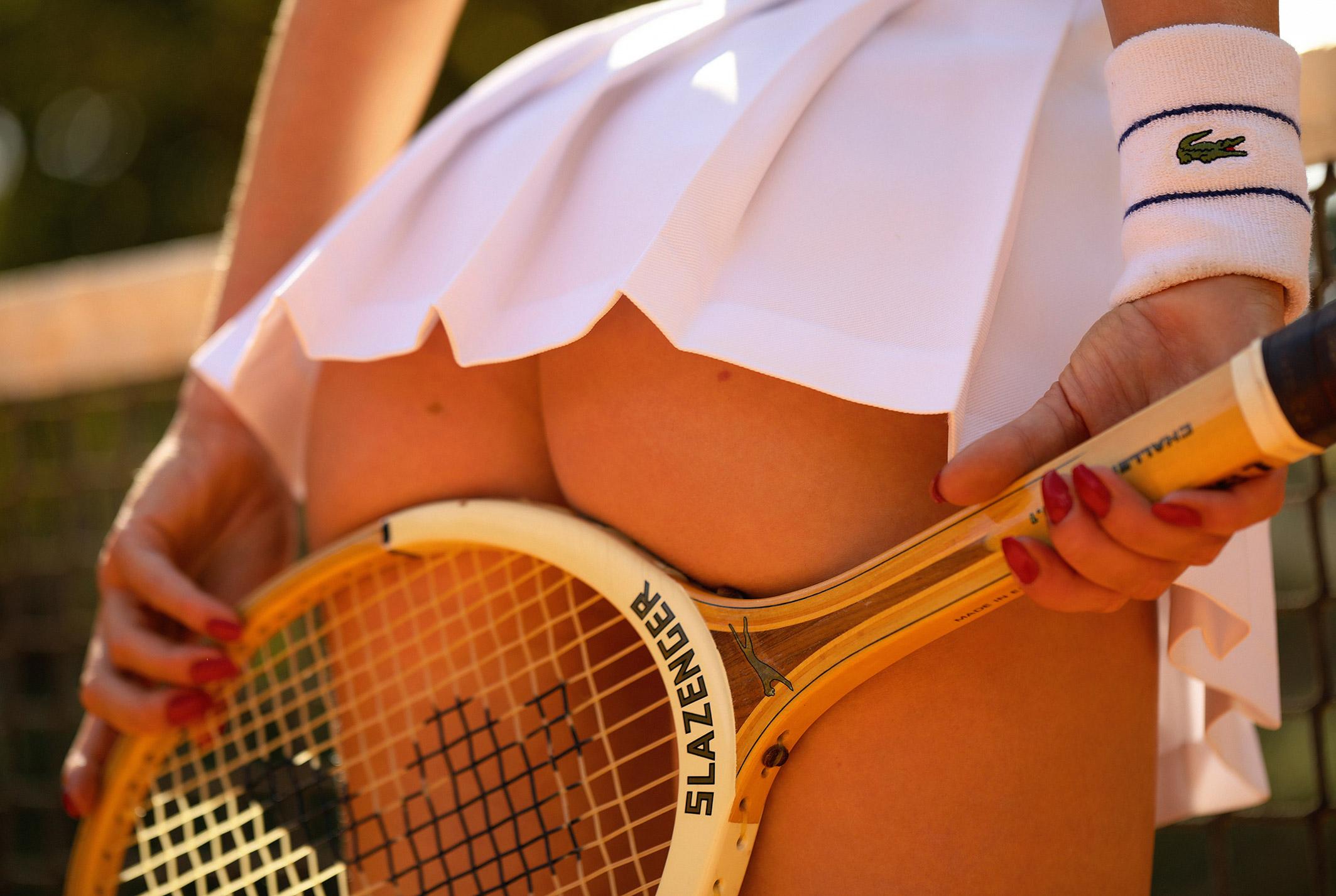 звезда голландского Playboy Свенья ван дер Богарт голая играет в теннис / фото 01