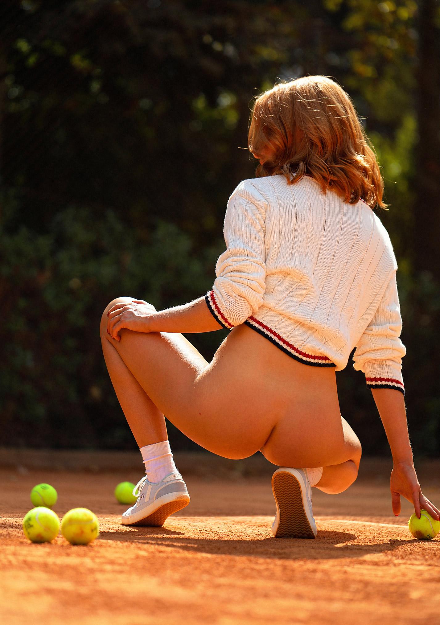звезда голландского Playboy Свенья ван дер Богарт голая играет в теннис / фото 04