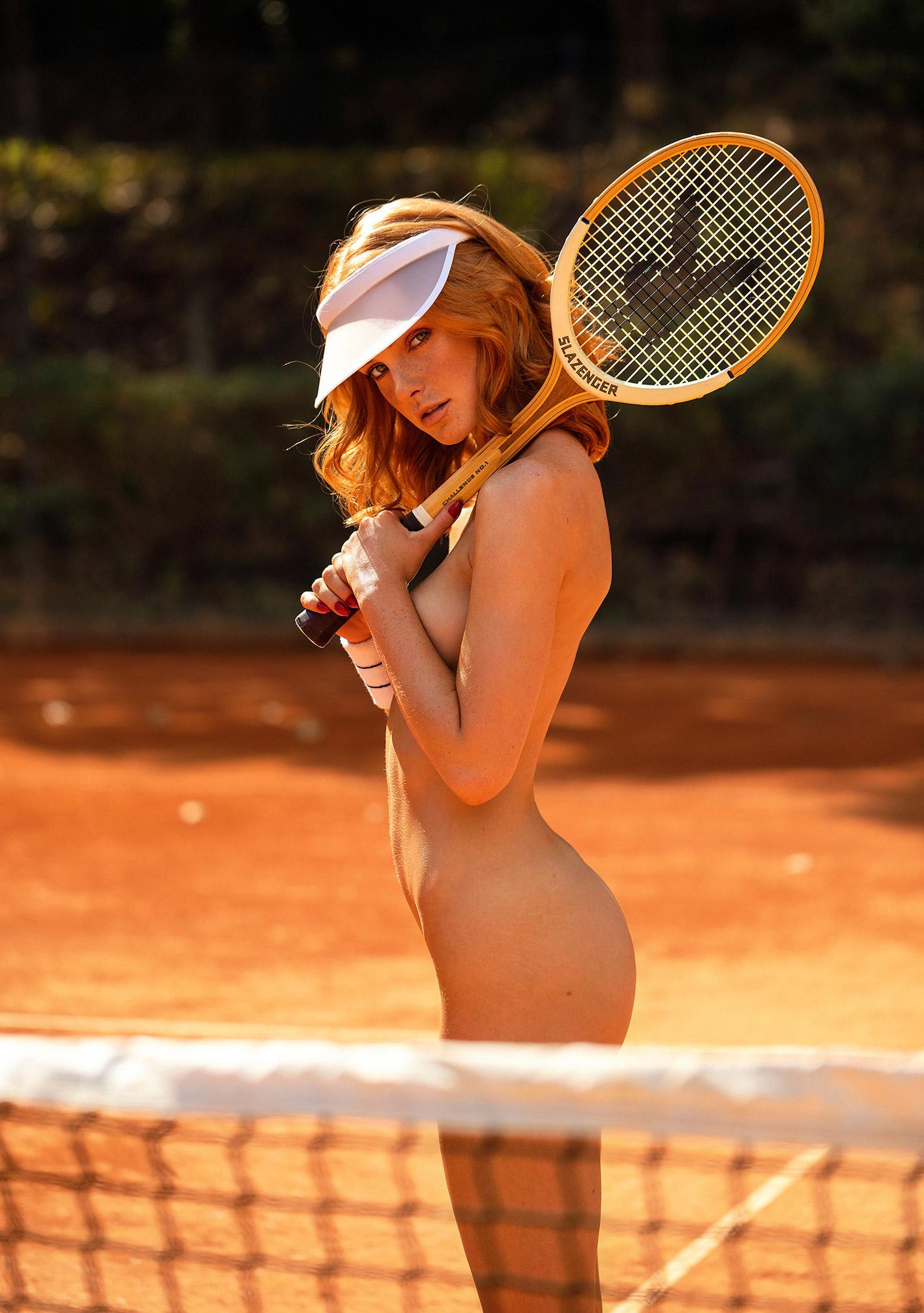 звезда голландского Playboy Свенья ван дер Богарт голая играет в теннис / фото 06
