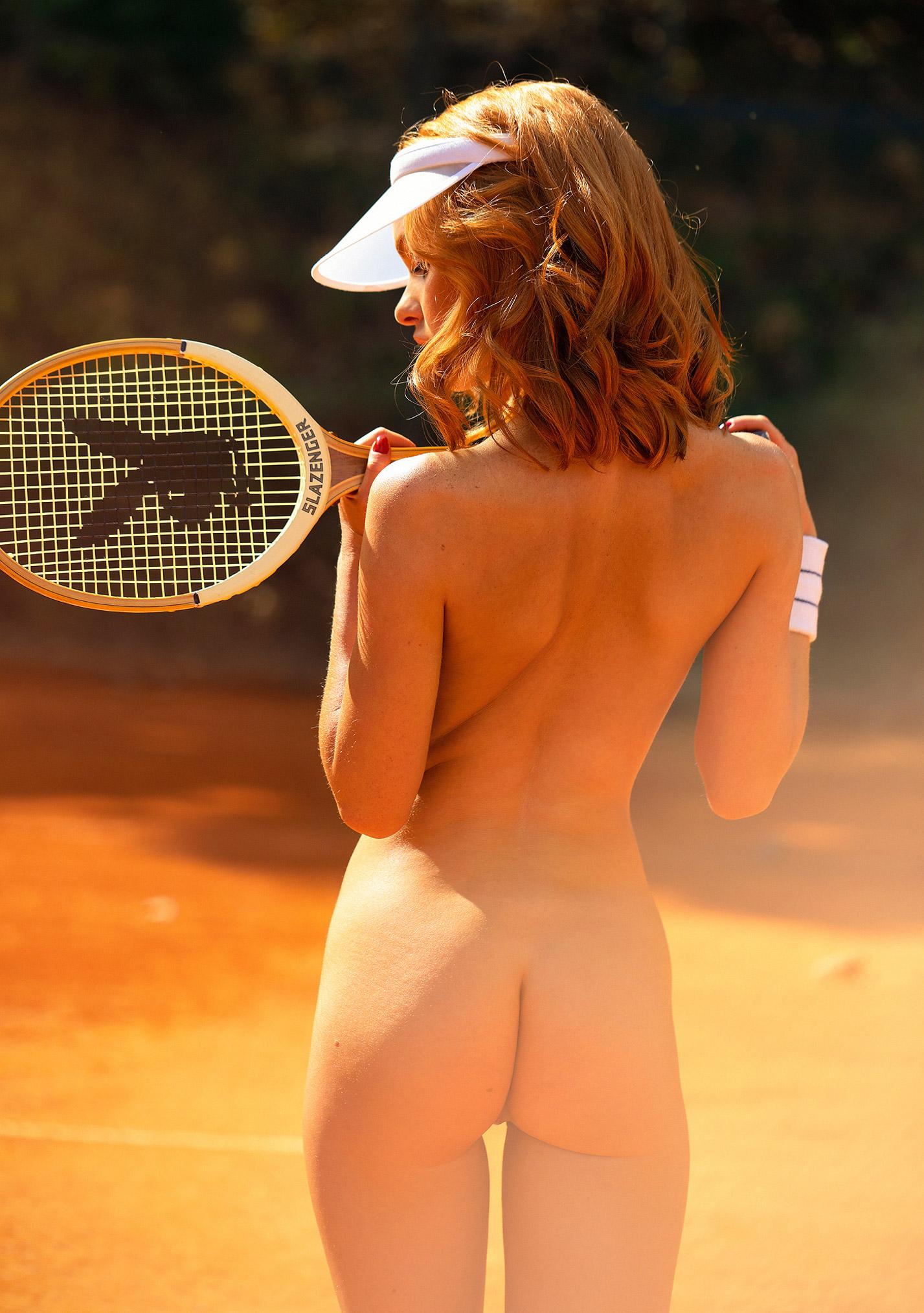 звезда голландского Playboy Свенья ван дер Богарт голая играет в теннис / фото 08