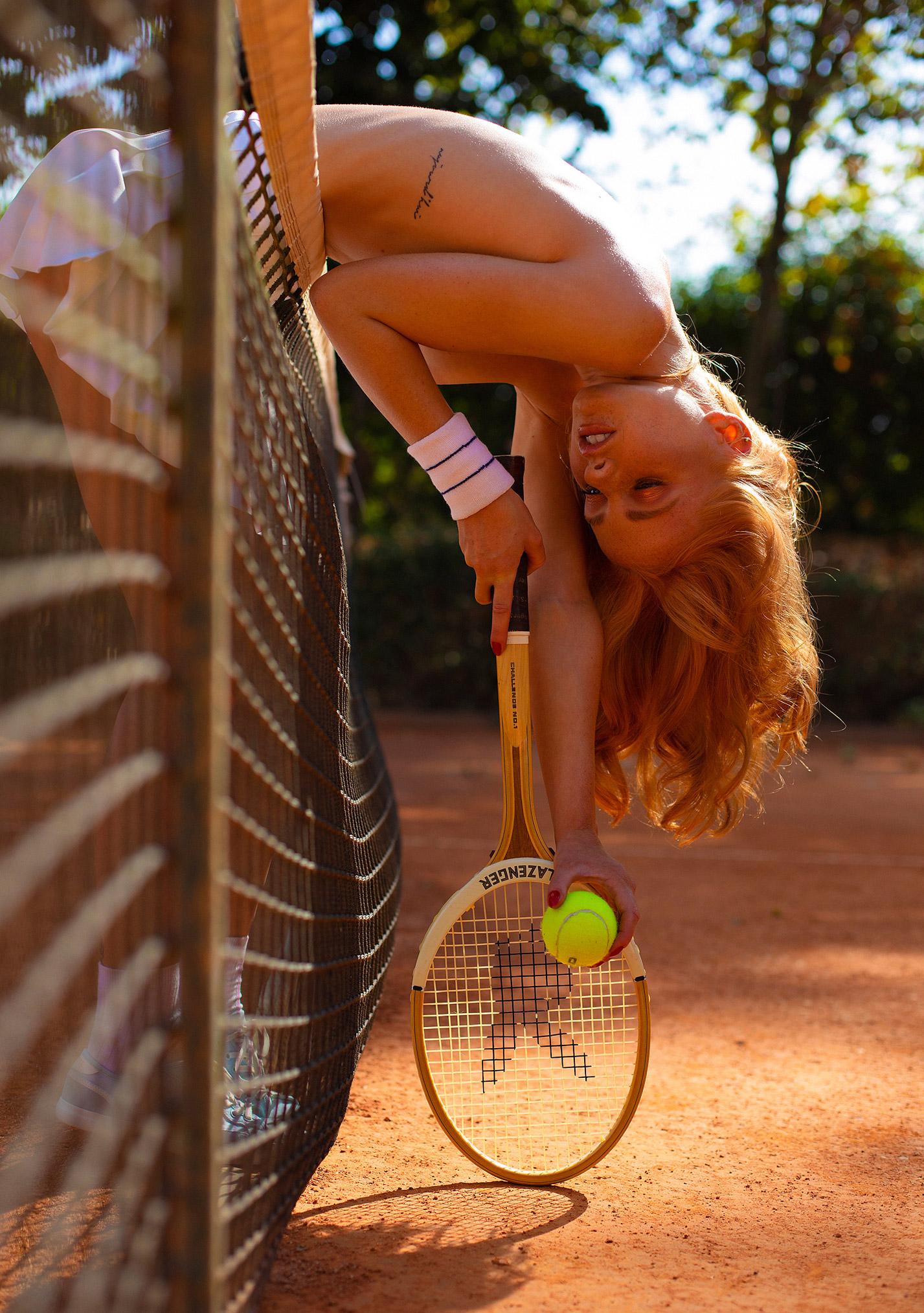 звезда голландского Playboy Свенья ван дер Богарт голая играет в теннис / фото 10