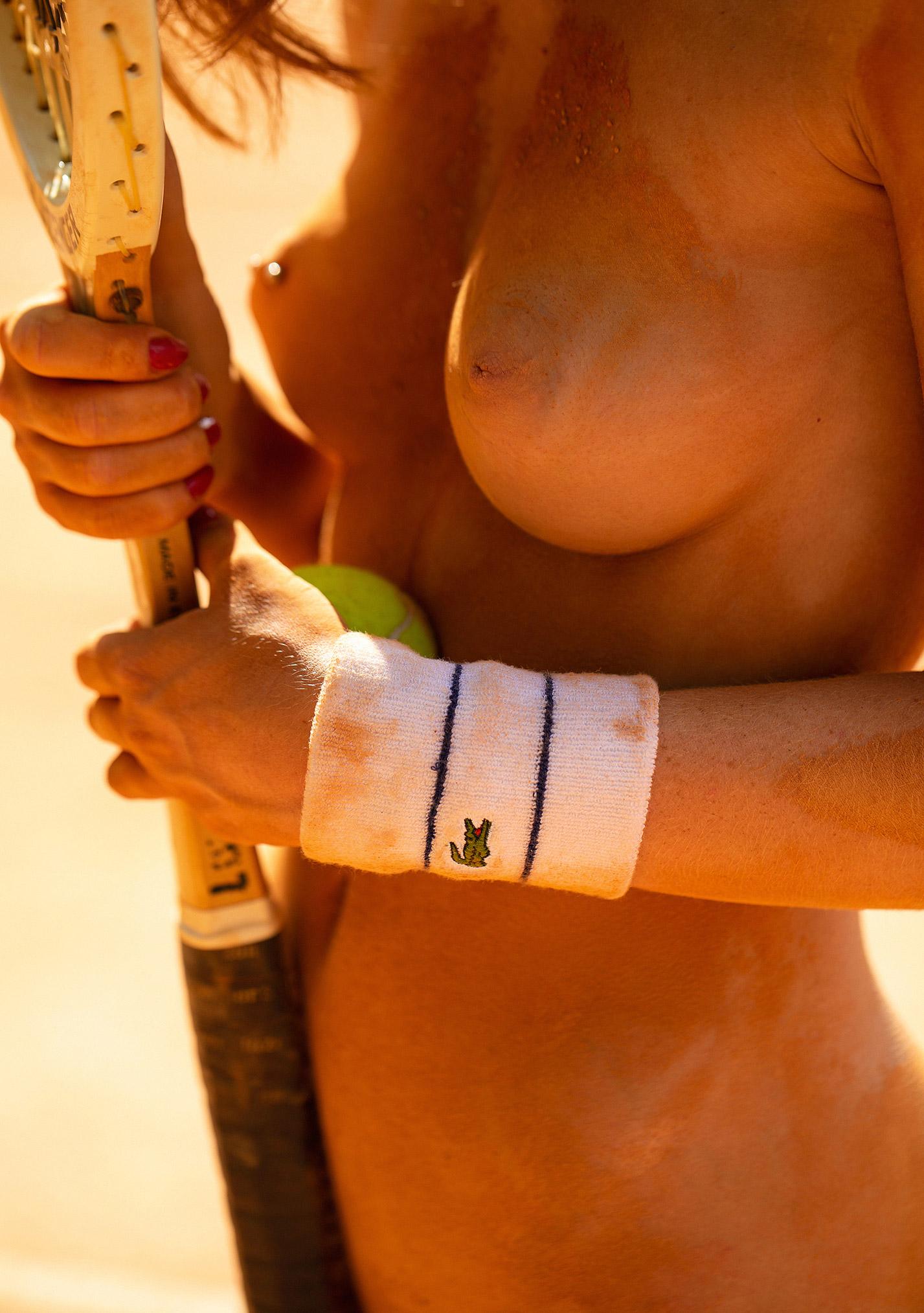 звезда голландского Playboy Свенья ван дер Богарт голая играет в теннис / фото 14