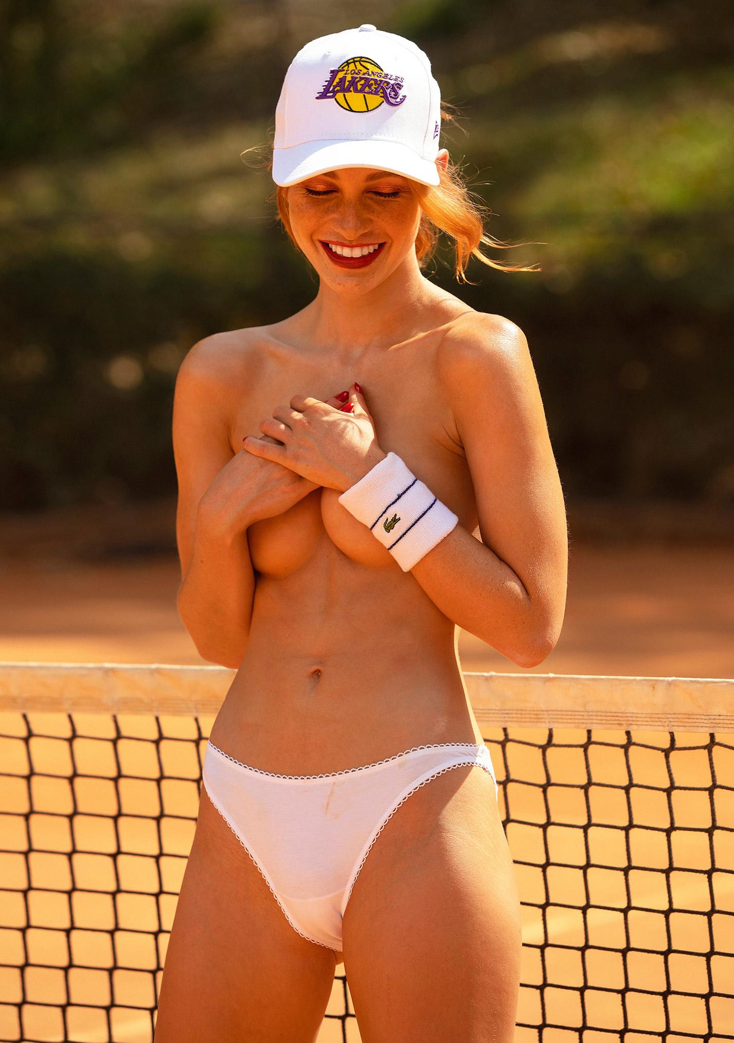 звезда голландского Playboy Свенья ван дер Богарт голая играет в теннис / фото 27