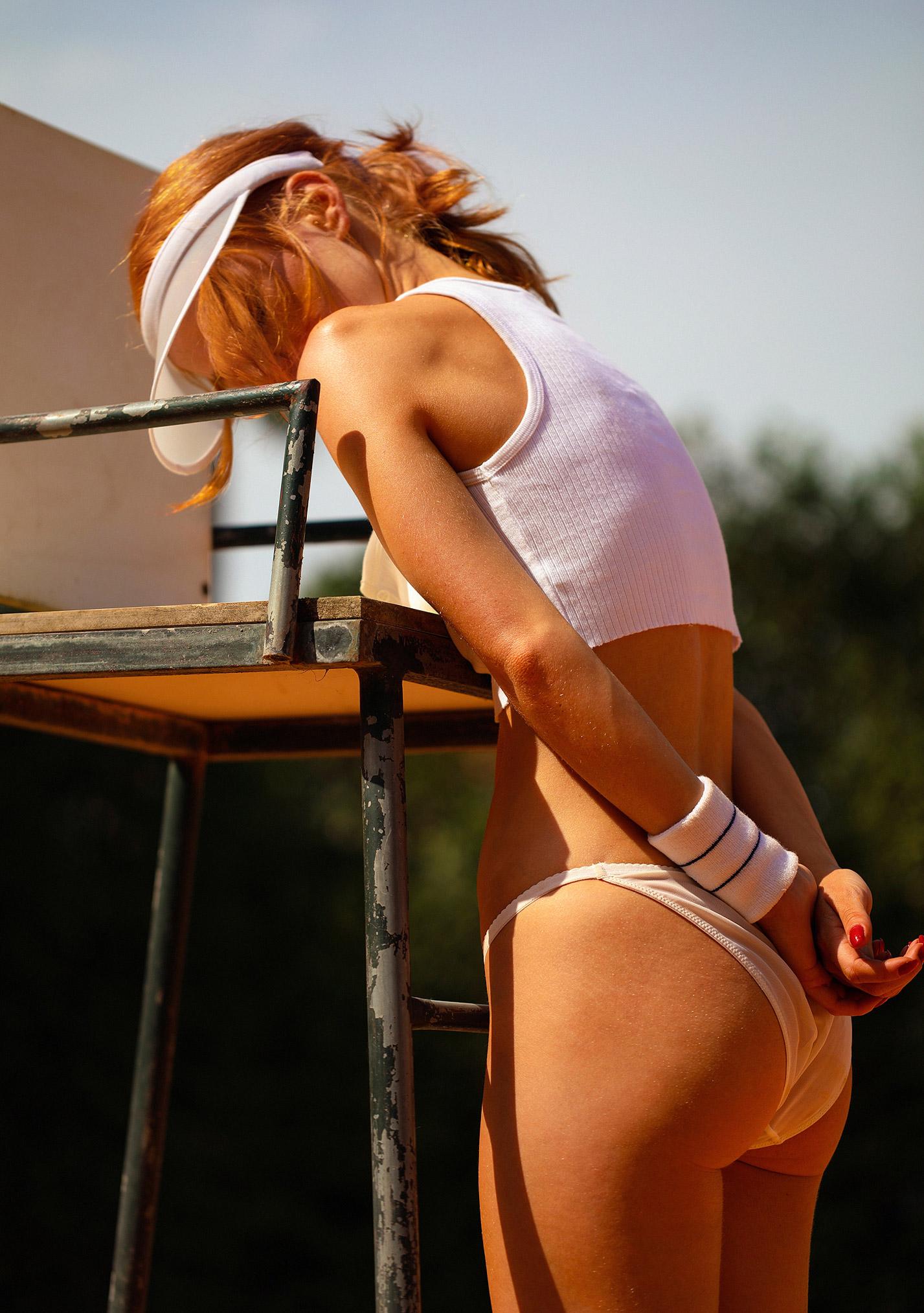 звезда голландского Playboy Свенья ван дер Богарт голая играет в теннис / фото 33