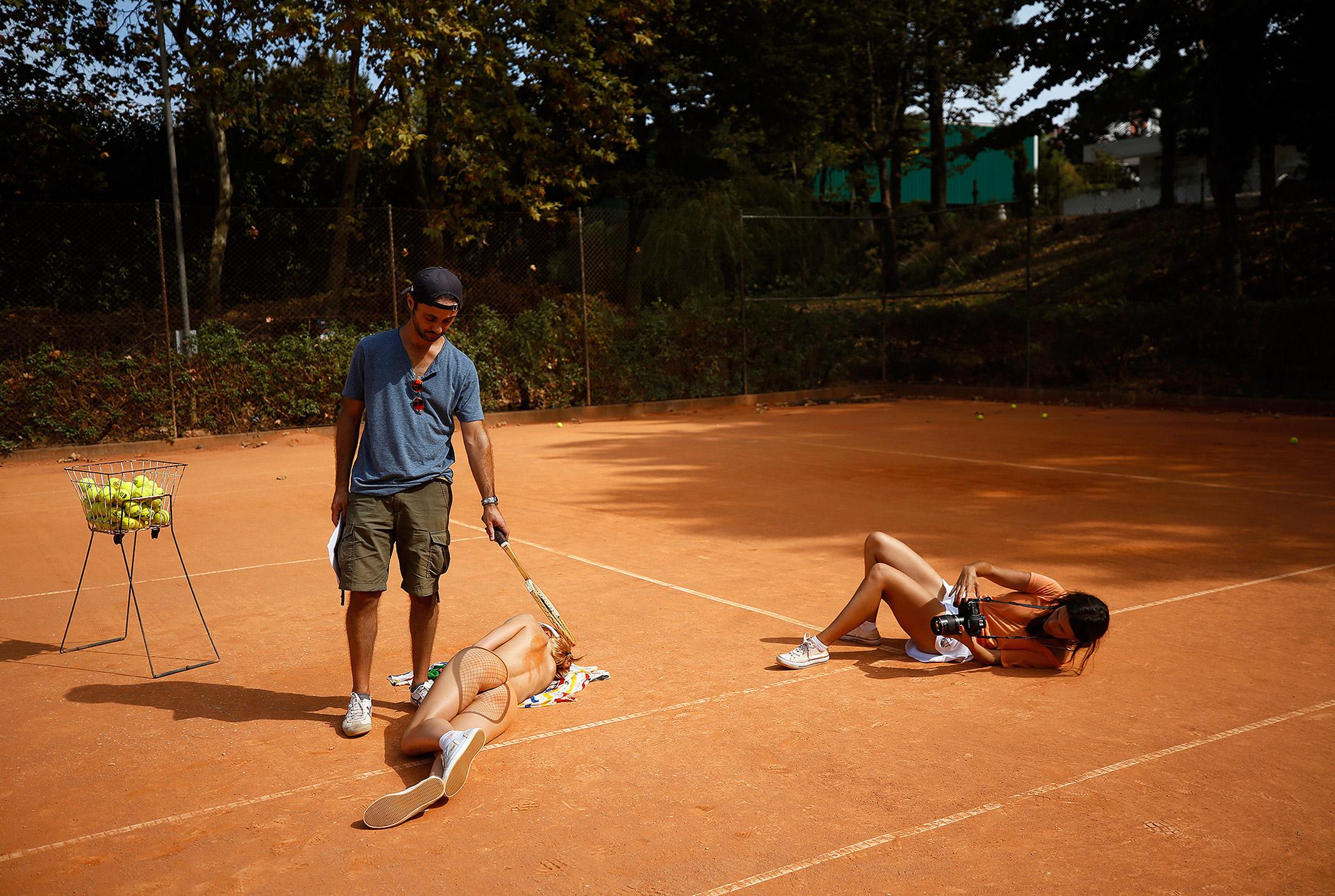 звезда голландского Playboy Свенья ван дер Богарт голая играет в теннис / на съемочной площадке