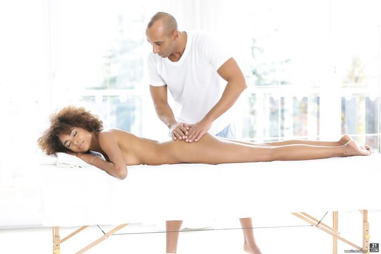 21Naturals/21Sextury - Luna Corazon - Silky Sex Massage [FullHD 1080p]